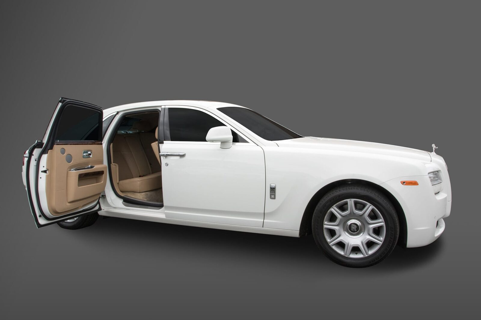 rolls royce great rollsroyce reveals the cullinan its rowdy regal suv with rolls royce. Black Bedroom Furniture Sets. Home Design Ideas